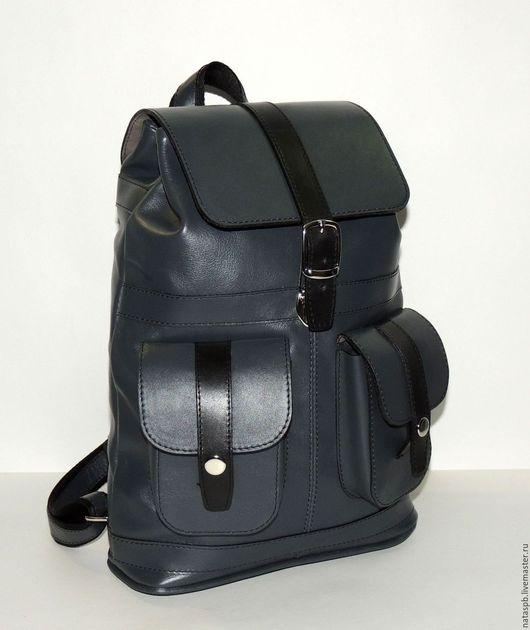 Рюкзак «Селена» выполнен из плотной гладкой кожи благородного серого цвета. Отделка черная — контрастная  - из толстой кожи.