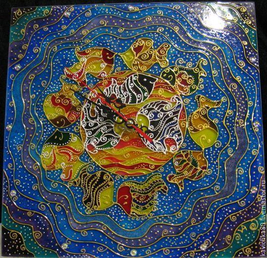 """Часы для дома ручной работы. Ярмарка Мастеров - ручная работа. Купить """"Весёлые рыбки""""часы роспись стекла. Handmade. Комбинированный"""