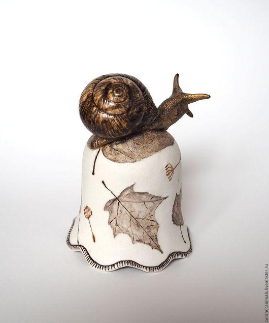Звонкий веселый колокольчик из фарфора с  улиткой и разными листьями. Язычок выполнен в форме жёлудя. Размер 6,5х9,5см Цена 2900руб.