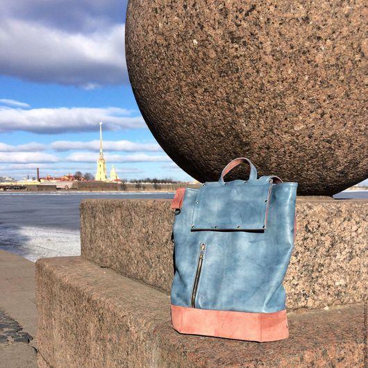 Рюкзак Санкт-Петербург - сам по себе является олицетворением символов города: голубое небо, розовый гранит, золотой шпиль Петропавловки