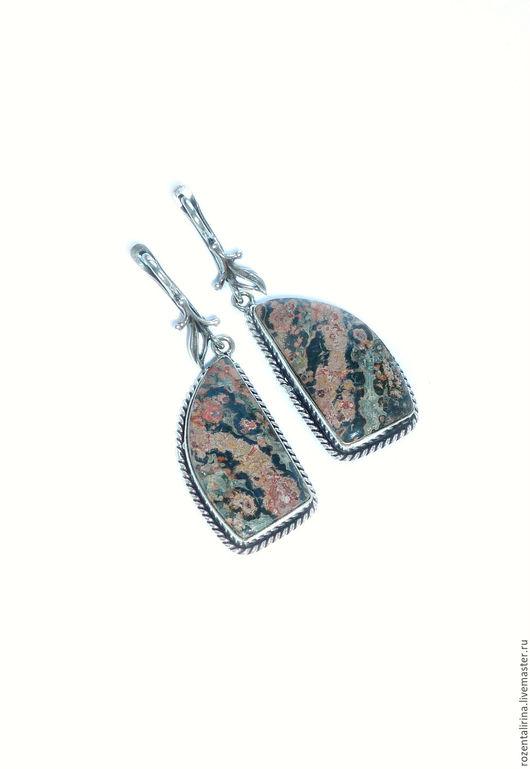 Серьги `Цветок папоротника` выполнены из натуральной Леопардовой яшмы в оправе. Швензы родированные с английским замком.