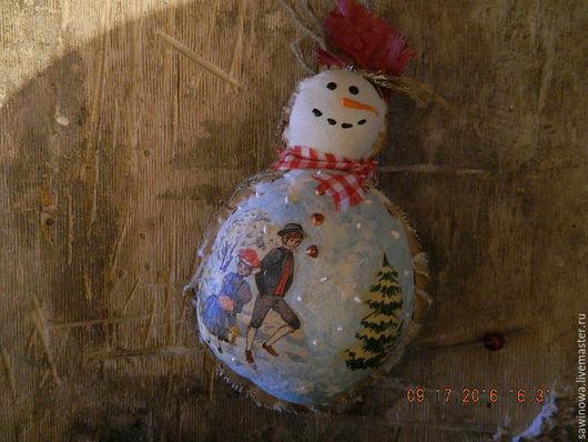 А вот и дружок Деда мороза знаменитый Снеговик. Озорник и шалун .Такой красавец будет хорошим подарком человеку любого возраста,он пахучий,пахнет не снегом а кофейным ароматом.