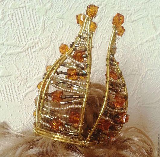 Очень красивая золотая. Изготовлена из золотого цвета проволоки, украшена бисером и стеклярусом, красивым и качественными чешскими бусинами. Диаметр основы 5,5 см. Возможно изготовить на заказ другую