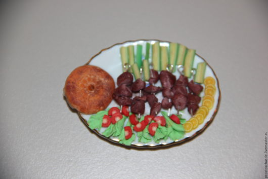 Прошу к столу! Шашлык, овощи, зелень, лимончик и лаваш. Все по настоящему. Миниатюра 1:12