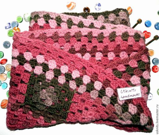 Вязаный крючком шарф- снуд `Квадраты в ягодных тонах` выполнен крючком из  мягкой, шелковистой пряжи секционного крашения. Шарф-снуд выполнен `бабушкиными квадратами`  лентой мебиуса.