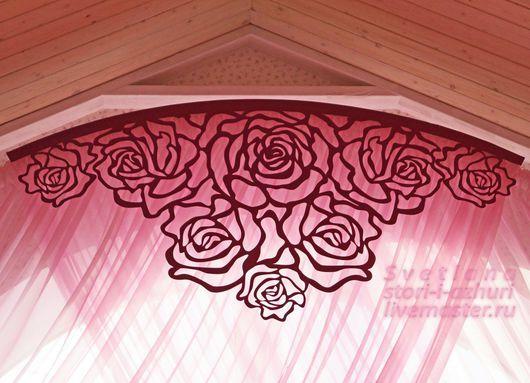 Ажурный ламбрекен `Розы` с изогнутым верхним краем по радиусу арки окна.