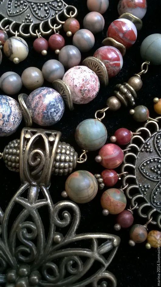 Выразительные этнические украшения в восточном стиле из разных видов природной яшмы с состаренной` бронзой: колье с крупной подвеской, двухрядный браслет и длинные серьги.