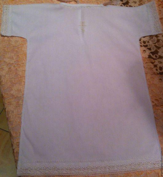 Крестильная рубашка подходит для девочки и мальчика ,возраст от 2-9 м.Длина данного изделия 48 см(по заказу).Выполнена из нежного итальянского хлопка.Отделка итальянским хлопковым кружевом.Вышитый кре