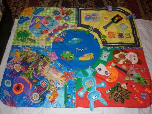 Коврик разделен на 4 сектора, в каждом из которых различные развивающие элементы. С помощью коврика ребенок разовьет мелкую моторику. научиться пользоваться различными застежками, узнает что такое форма,цвет,понятие-больше меньше,длине короче,выше ниже,так же научиться считать ......