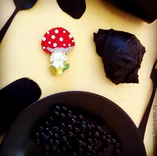 """Броши ручной работы. Ярмарка Мастеров - ручная работа. Купить Брошь из бисера Волшебный гриб  """"Мухомор"""". Handmade. Ярко-красный"""