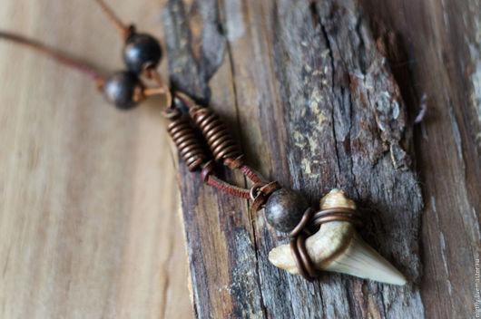 Кулон-чокер `Отвага` на кожаном шнурке с зубом древней акулы