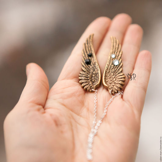 Темно-золотистые крылья. Размер 5,1см х 1,8см.  Цепочка 15 см. Цена 1400 руб.