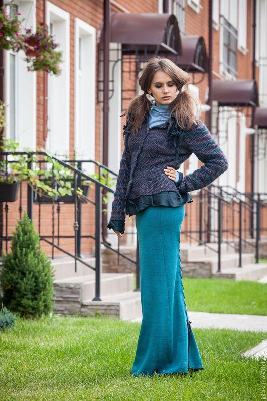 V_010 Юбка-годе-лайт длинная со шнуровкой сзади, цвет изумруд-черный. V_007 Жакет приталенный с баской, с зелеными оборками, цвет черный/бирюза/миндаль. V_005 Водолазка симметричная, цвет голубой.