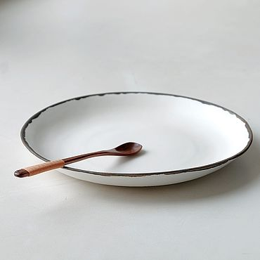Посуда ручной работы. Ярмарка Мастеров - ручная работа Тарелка большая плоская из белого полуфарфора с бронзовым венчиком. Handmade.
