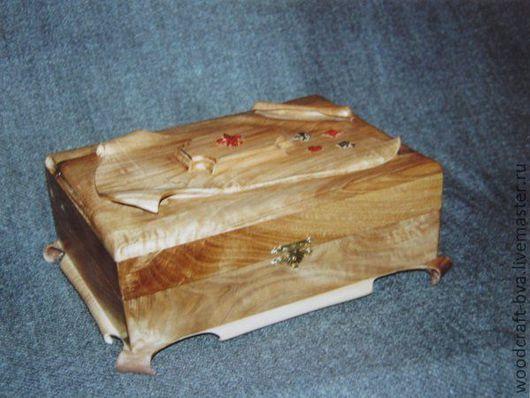 Шкатулка из массива кавказского ореха с интарсией древесиной падука и мореного дуба.