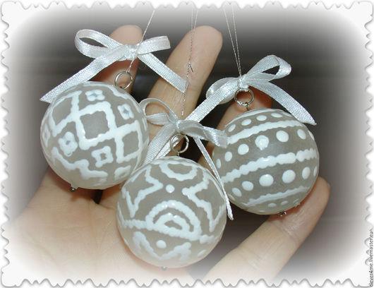 Вот такие шарики Вы можете сделать своими руками! В подарок родственникам или для создания новогоднего настроения у себя дома. Вам понадобятся шарики, краска и хорошее настроение:).