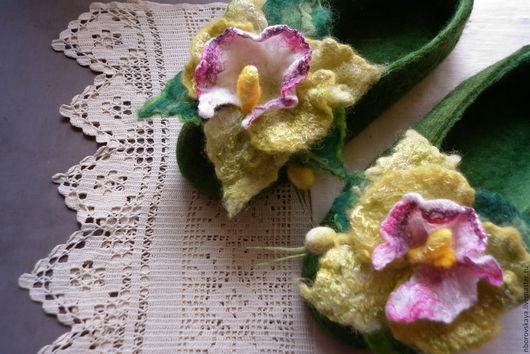 Обувь ручной работы. Ярмарка Мастеров - ручная работа. Купить Тапочки валяные из шерсти салатовая Орхидея (цимбидиум). Handmade. Зеленый