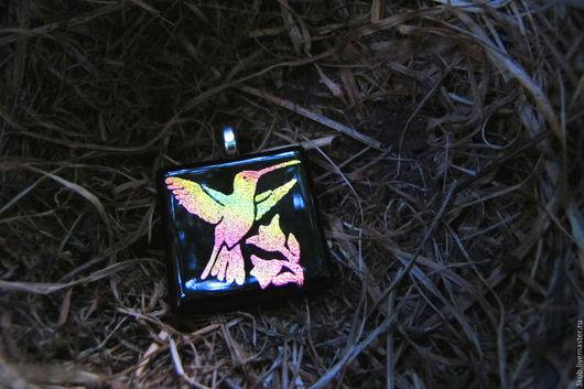 Кулон с птичкой колибри. Кулон из дихроичного стекла.