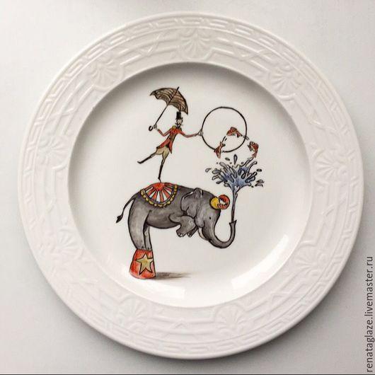"""Тарелки ручной работы. Ярмарка Мастеров - ручная работа. Купить Фарфоровая тарелочка """"Цирковой слон"""". Handmade. Надглазурная роспись, слон"""