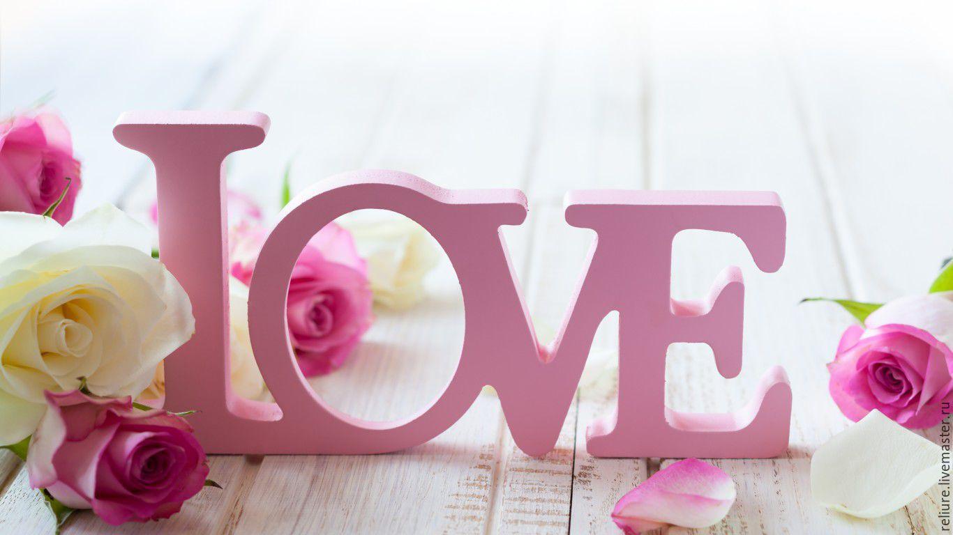 Деревянное слово`LOVE` в розовом цвете.