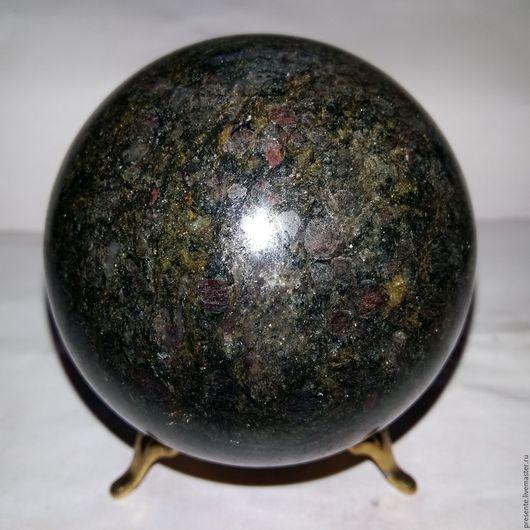 7,3 см гранатовый амфиболит со слюдой.Работа Руслана Соцкого