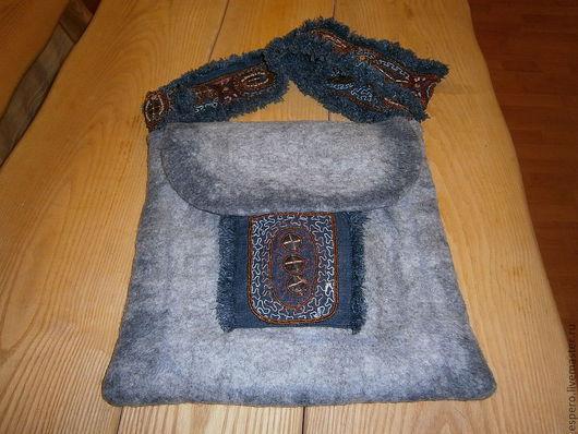 Сумка валяная в стиле этно с цельноваляным карманом, подкладом из льна и молнией.Ручка из джинсовой ткани с бахрoмой и вышивкой бисером.