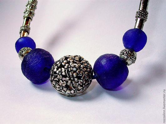 """Колье """"Цветы"""" на кожаном шнуре из  синих бусин грубообработанного стекла и металла под черненое серебро"""
