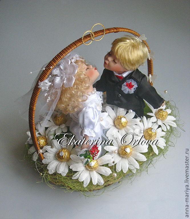 Подарок на свадьбу из конфет