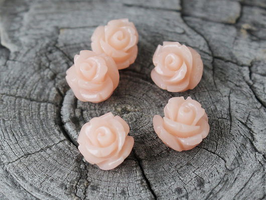 Бусины Розочка бледно розового цвета из полимера имитирующего натуральный коралл для сборки украшений диаметром около 8 мм комплектами по 5 штук