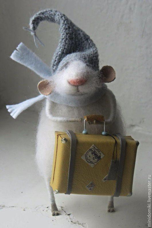 Игрушки животные, ручной работы. Ярмарка Мастеров - ручная работа. Купить Мышонок с желтым чемоданчиком. Handmade. Белый, смешной, фетр
