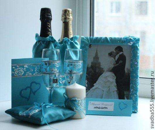 Бирюзовый свадебный комплект из 6 предметов можно дополнить любым аксессуаром на ваш выбор. Бокалы украшены подвесками в виде замочка и ключика, которые можно добавить и к остальным аксессуарам. Пригл