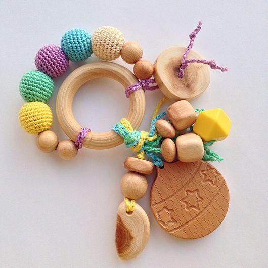 Развивающие игрушки ручной работы. Ярмарка Мастеров - ручная работа. Купить Игрушка для малыша можжевеловый грызунок-погремушка Новогодний шарик. Handmade.