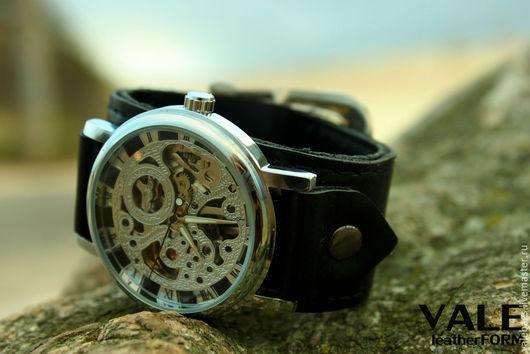 Часы наручные мужские,часы науручные женские на браслете из натуральной кожи черного цвета.