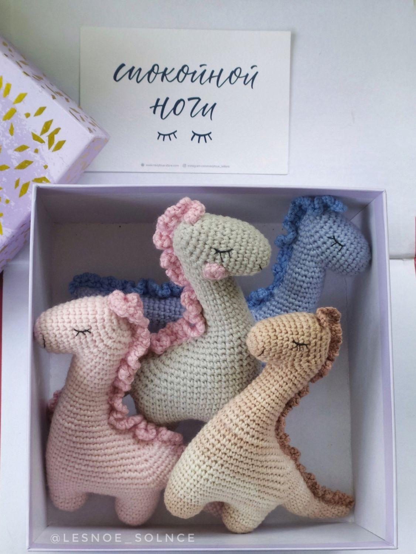 Вязаная игрушка безопасная на выписку сплюшка подарок малышу динозавр, Подарок новорожденному, Санкт-Петербург,  Фото №1