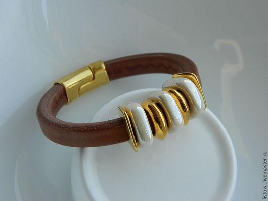 Браслеты ручной работы. Ярмарка Мастеров - ручная работа. Купить Кожаный браслет Regaliz светло-коричневый с золотом. Handmade. Регализ