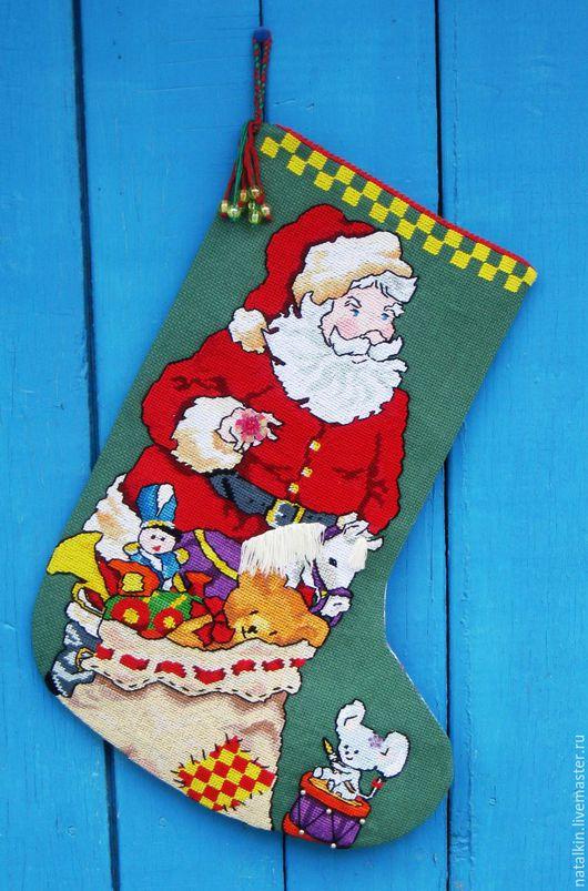 """Новый год 2017 ручной работы. Ярмарка Мастеров - ручная работа. Купить Рождественский сапожок """"Санта с подарками"""". Handmade. Разноцветный, канва"""
