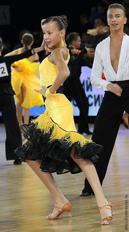 Латина платье с перьями