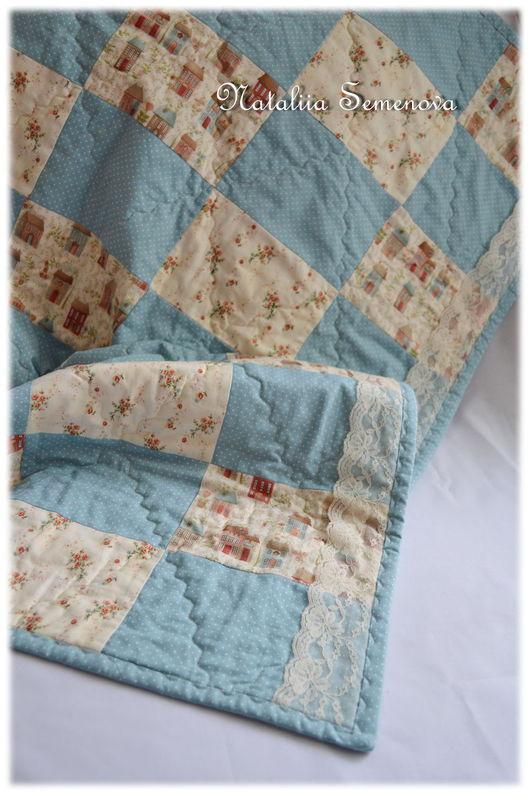 Пледы и одеяла ручной работы. Ярмарка Мастеров - ручная работа. Купить Одеяло детское лоскутное стеганое Винтажное летнее розочки домики. Handmade.