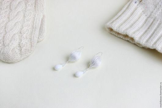 Серьги ручной работы. Ярмарка Мастеров - ручная работа. Купить Серьги с белыми шерстяными бусинами и бусинами Preciosa. Handmade. Белый