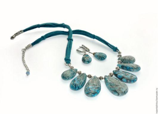 Колье и серьги `Бора Бора` выполнены из натурального тонированного Крейзи Агата. Качественной металлофурнитуры  цвета античного серебра и шнуров качественной искусственной замши.