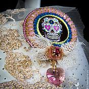 """Украшения ручной работы. Ярмарка Мастеров - ручная работа Брошь """"Череп в розовом""""( радужный, веселый череп,розовый цвет). Handmade."""