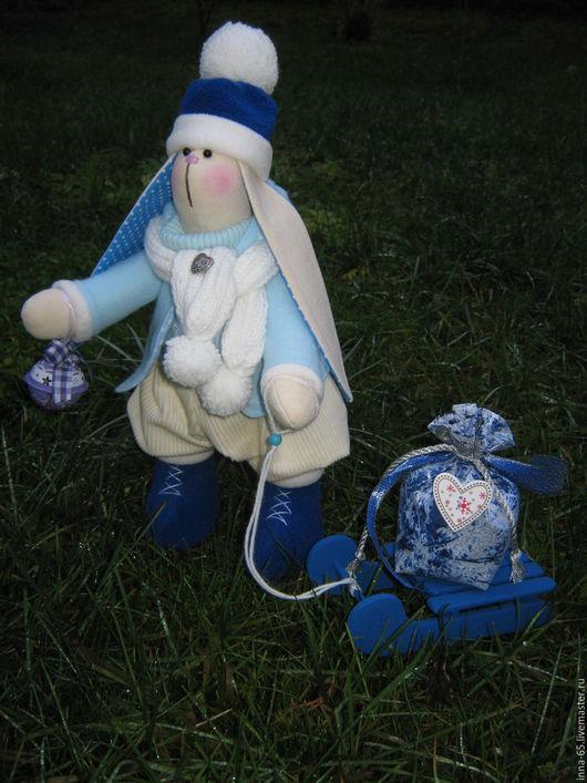 Куклы Тильды ручной работы. Ярмарка Мастеров - ручная работа. Купить Тильда игрушка Новогодний Зайкин в синем с санками. Handmade.