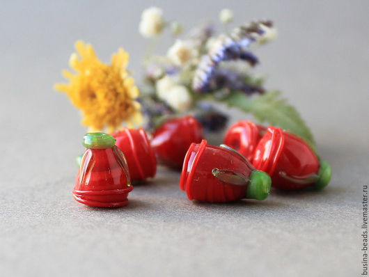 Бусины стеклянные ручной работы в технике лэмпворк / lampwork  красные стеклянные бутончики с зеленью Прекрасно подойдут для использования в подвесках, колье, браслетов