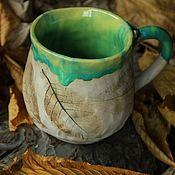 Зеленая кружка из глины с отпечатками растений