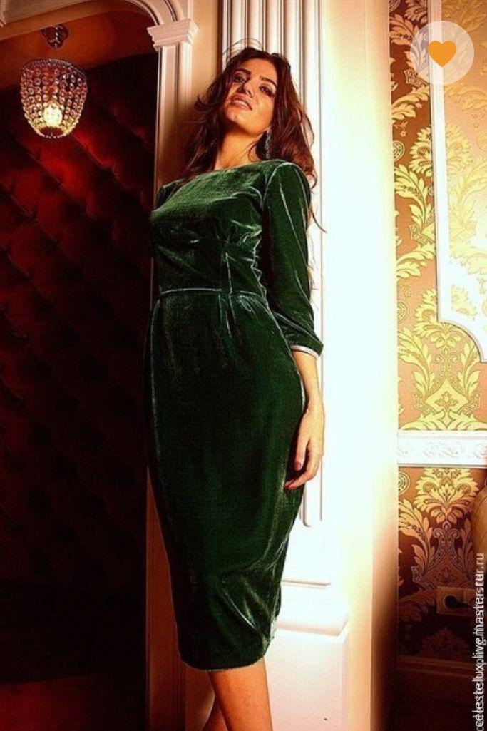 Платье из бархата зеленого цвета