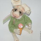 Куклы и игрушки ручной работы. Ярмарка Мастеров - ручная работа Заяц  Лакомка, интерьерная игрушка из войлока.. Handmade.