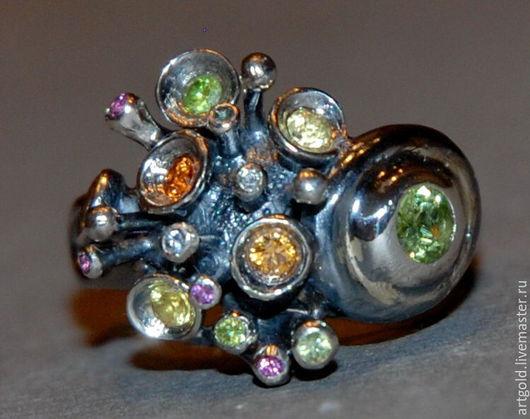 `Ио` - кольцо из чернёного серебра 925 пробы с натуральным хризолитом и самоцветами