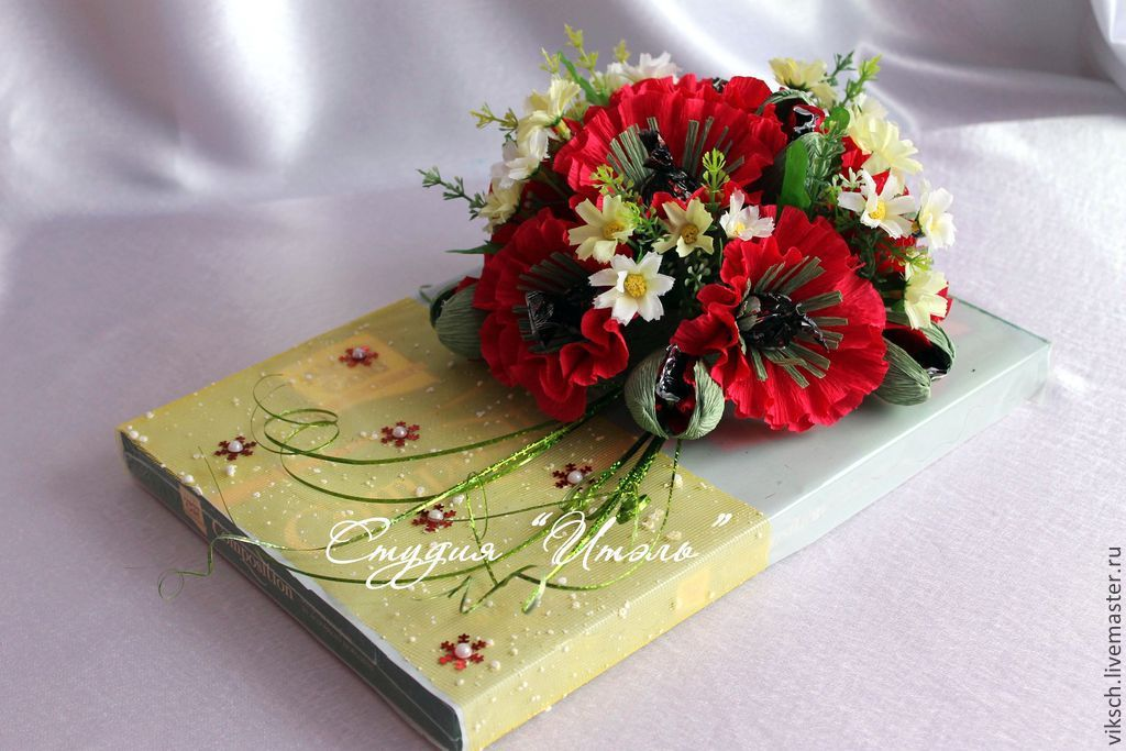 как украсить коробку конфет искуственными цветами