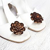 Украшения ручной работы. Ярмарка Мастеров - ручная работа Клипсы для обуви с цветами из бронзовой кожи.  Клипсы для туфель. Handmade.
