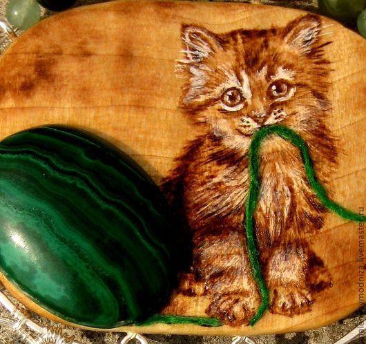 """Кулоны, подвески ручной работы. Ярмарка Мастеров - ручная работа. Купить Кулон """"Котенок и клубок шерсти"""". Handmade. Зеленый"""